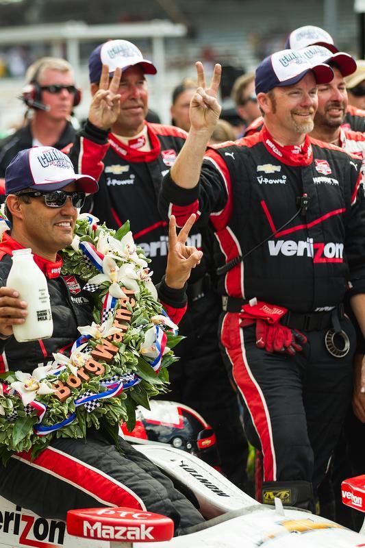 Montoya comemorando a vitória e mais de 2 milhões de Dólares.