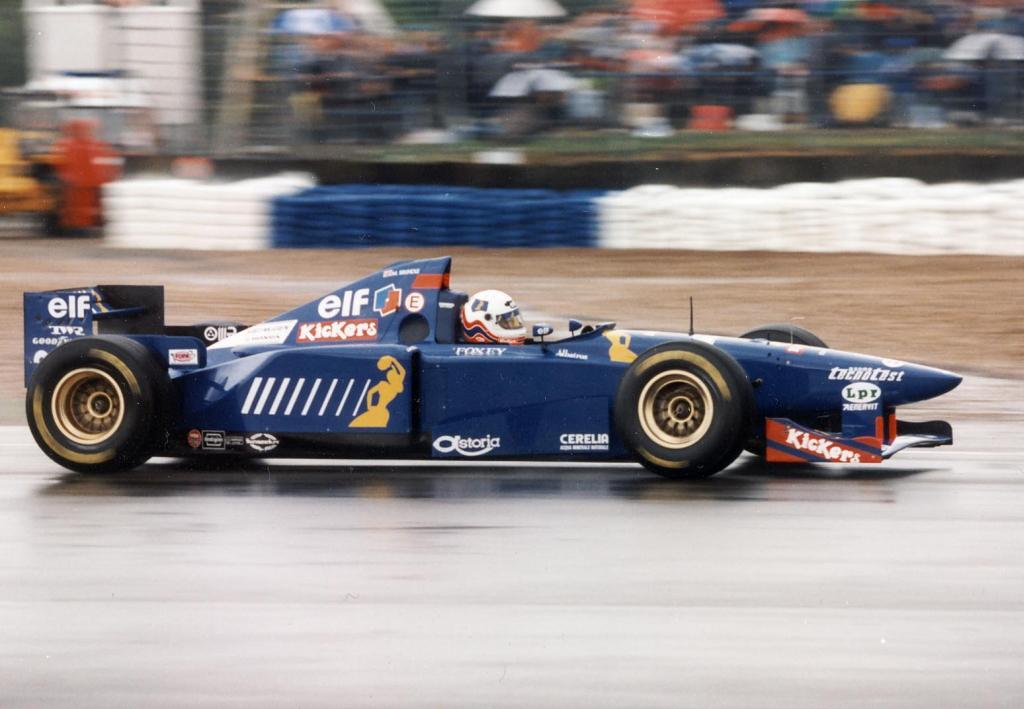Mesmo dividindo o carro com Suzuki Brundle conseguiu bons resultados com a Ligier.