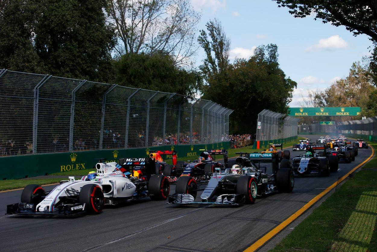 Primeiras curvas do GP da Austrália - Hamilton sofrendo as consequências de uma largada ruim.