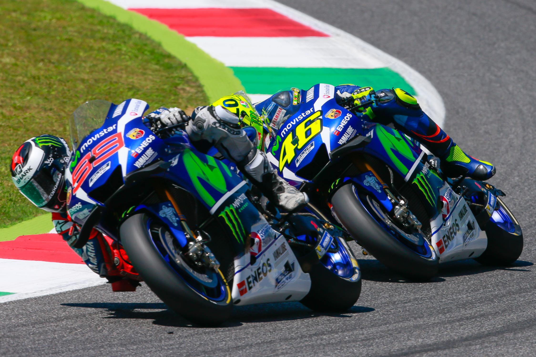 Rossi e Lorenzo travaram o primeiro duelo pela vitória