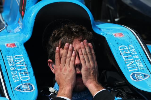 Moñoz se desespera com o fato de não ter conseguido a vitória nas 500 milhas e chora depois da corrida